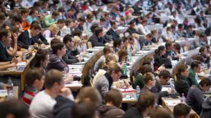 Audio «Studieren via Video: Wenn im Hörsaal der Platz nicht reicht» abspielen.