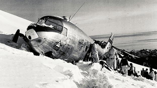 Die zwölf Menschen an Bord der amerikanischen Militärmaschine überleben und werden nach dreizehn Stunden gerettet.