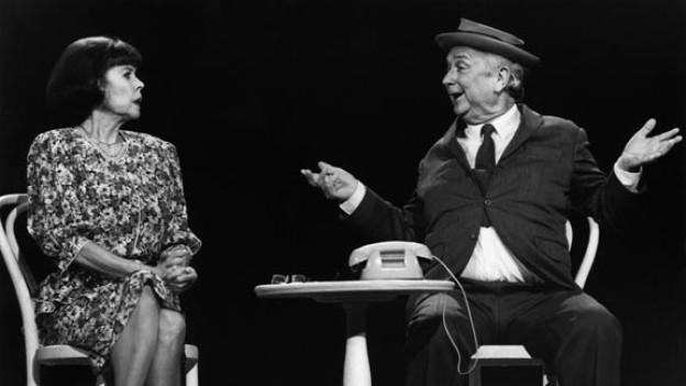 Walter Roderer mit seiner Ehefrau und Bühnenpartnerin Ruth Jecklin Roderer auf der Bühne der 4. Oltener Cabaret-Tage (1991).