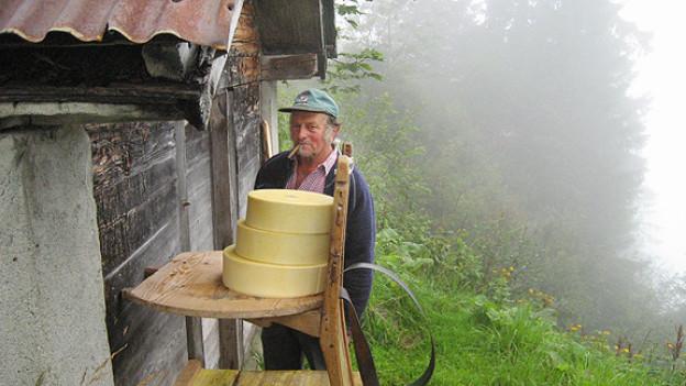 Bergbauer Kari Muheim vor dem Käse-Gaden.
