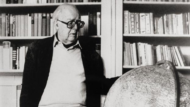 Friedrich Dürrenmatt vor seinem Globus