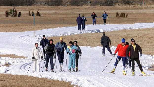 Wintersport nur noch auf Kunstschnee? Langläufer im Januar 2002 in Sils.