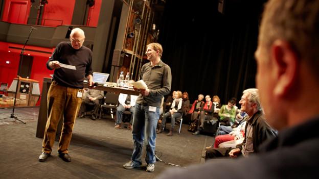 Die zwei Mundartspezialisten Christian Schmid und Christian Schmutz vor ihrem Publikum.