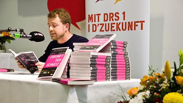 Gabriel Vetter liest an der Buchvernissage im Bundeshaus Medienzentrum in Bern.