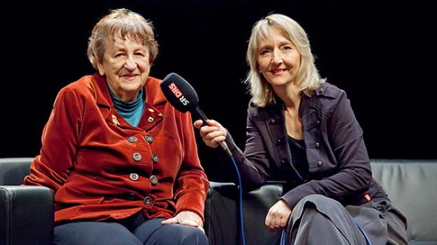 Luzia Stettler (r.) im Gespräch mit Ingrid Noll (l.).