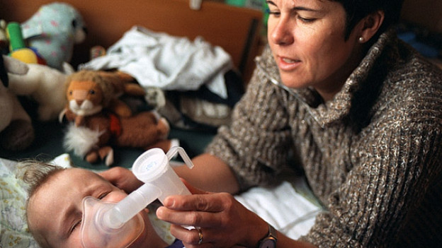 Eine Angestellte des Kinder-Spitex bei der Betreung eines Kleinkinds.