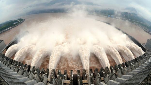 Der übervolle Drei-Schluchten-Staudamm in China wird nach heftigen Regenfällen entleert.