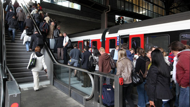 Bahnhöfe stossen an Kapazitätsgrenzen: Reisende während den Hauptverkehrszeiten im Bahnhof Basel.
