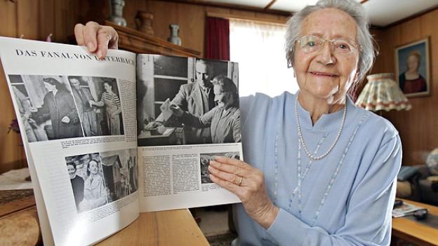 Katharina Zenhäusern war die erste Frau, die 1957 in der Walliser Gemeinde Unterbäch bei einem eidgenössischen Urnengang einen Stimmzettel in die Urne legte. (Aufnahme von 2007)