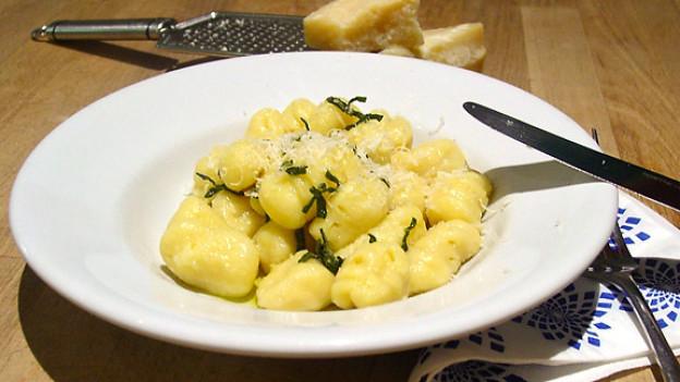 Gnocchi brauner Salbei-Butter übergiessen, Parmesan dazu geben und geniessen!