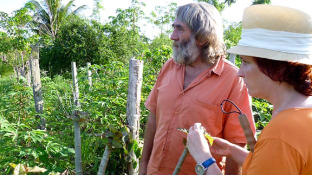 Kakaobauer Roland Müller und DRS-1-Reporterin Yvonn Scherrer.
