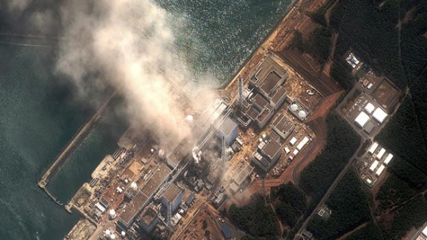 Rauchsäulen steigen nach der zweiten Explosion im Reaktor 3 auf.
