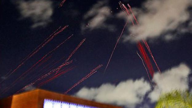 Leuchtspuren der libyschen Luftabwehrgeschosse, gesehen vom Hotel der ausländischen Medien in Tripolis aus.