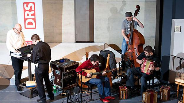 Die Live-«Schnabelweid» wurde musikalisch untermalt von Max Lässer und dem kleinen Überlandorchester.