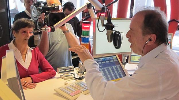 Joschi Kühne im Gespräch mit Claire Nickl, Protagonistin in der Doku-Soap «Die Alten kommen!». Gleichzeitig wird die Radiosendung von einem Team des Schweizer Fernsehens aufgezeichnet.