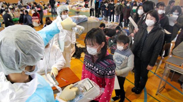 In Fukushima City werden Menschen auf ihre Verstrahlung getestet.