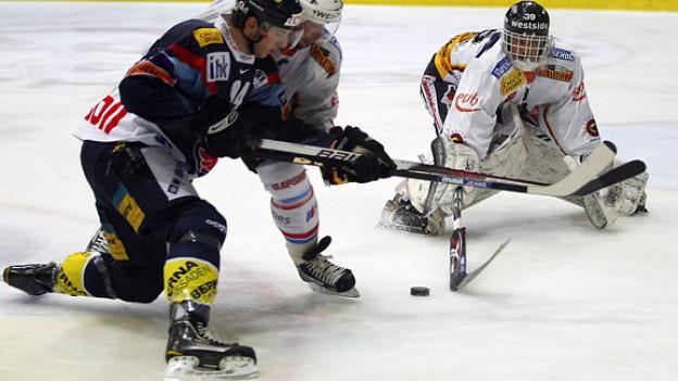 Letztes Playoff-Halbfinalspiel vom 29. März: Kloten Flyers Verteidiger Samuel Walser gegen SC Bern Verteidiger Beat Gerber und Torhüter Marco Bührer.