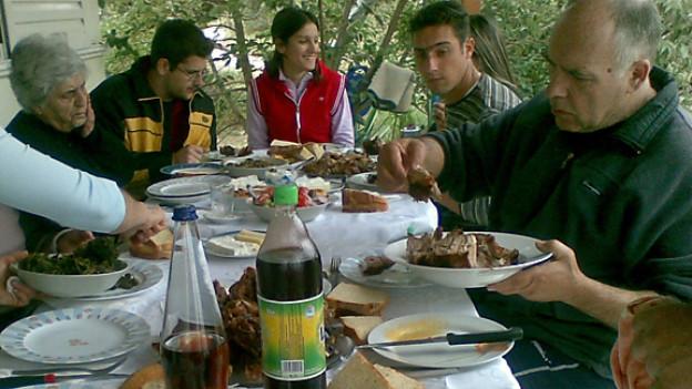 Familie Hamusopulos-Müggler trifft sich an Ostern zum Essen und geselligen Zusammensein.