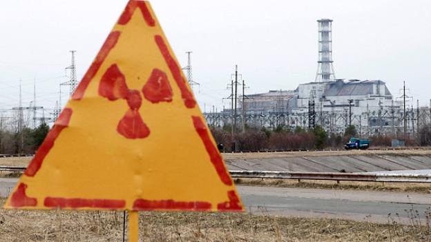 Tschernobyl Anfang April 2011: Im Hintergrund der Block 4 des Kernkraftwerks Tschernobyl, eingefasst in den Sarkophag aus Stahl und Beton.