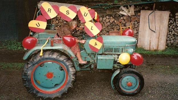 """Zu ihrem 50.Geburtstag bekam Ursula Wolfensberger einen Traktor namens """"Kermit"""" geschenkt."""