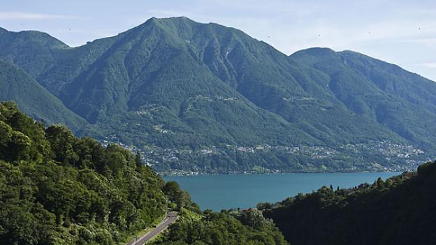 Blick von der Staumauer des Lago di Vogorno auf den Lago Maggiore.