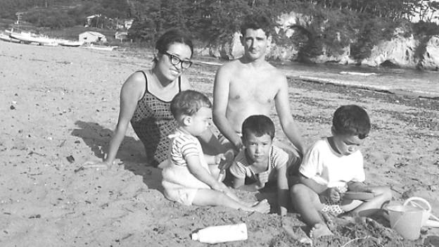 Oskar Pfenninger mit Frau und Kindern 1967 am Strand von Sendai.