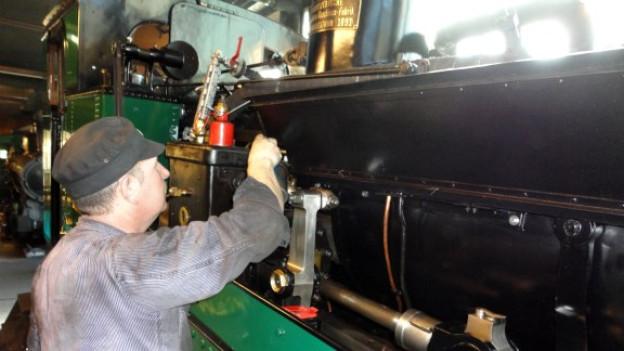 Kursleiter Kurt Amacher beim Schmieren der Dampflok