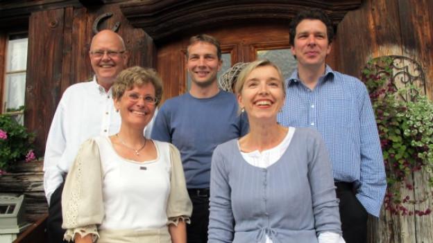 Das Team der zweiten Schnabelweid Direktsendung vor dem Gasthof zum Kreuz im Emmental