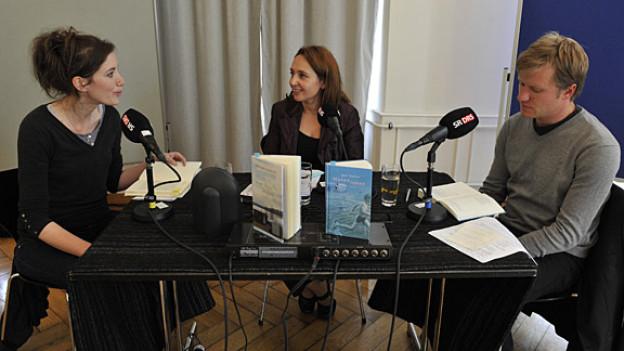 Erstlingsautorin Stefanie Surlier, Gastgeberin Britta Spichiger und Jungautor Jens Steiner.