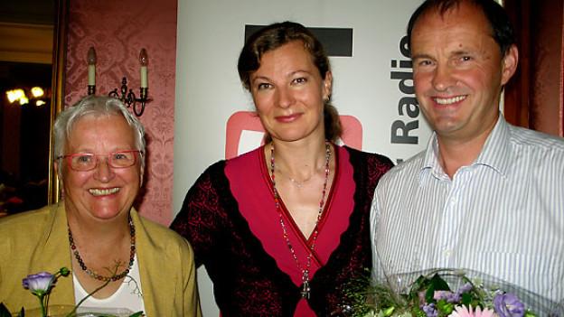 Journalistin Hanny Sutter, Gastgeberin Karin Frei und der Dachbauer Hanspeter Gasser.