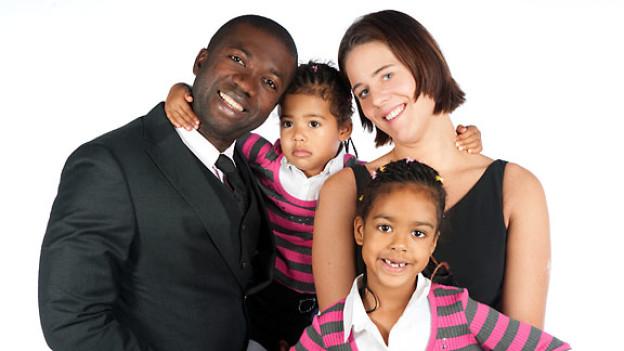 Samuel Muoto mit seiner Frau und den zwei Töchtern (das dritte Kind soll im Spätsommer zur Welt kommen).