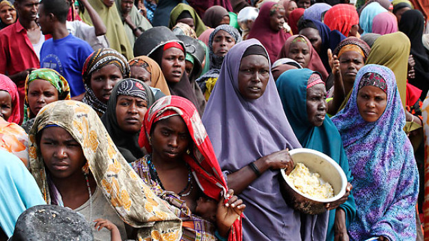 In einem Camp in der Hauptstadt Mogadischu warten somalische Frauen auf Esswaren.