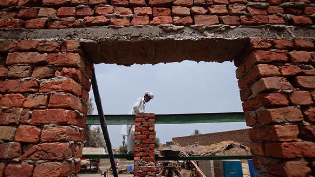 Ein Arbeiter beim Aufbau eines neuen Hauses in der pakistanischen Provinz Sindh.
