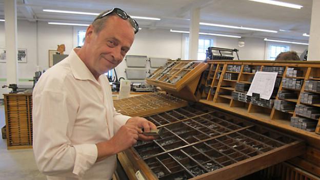 Joschi Kühne setzt Bleibuchstaben in den Winkelhaken.