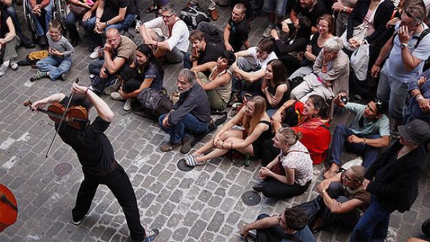Das Buskers Strassenmusikfestival bringt vielfältige Klänge in Berns Lauben.