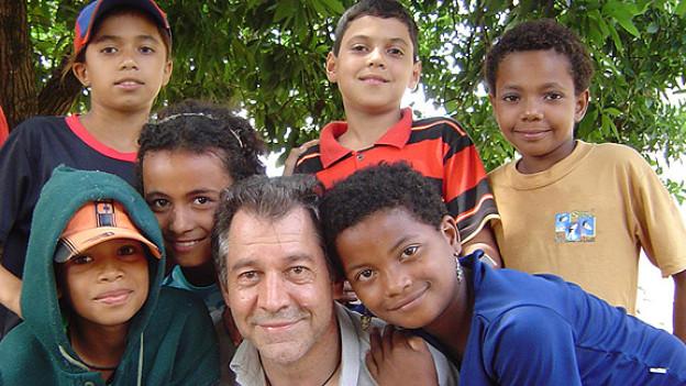 Stefan Hofmann inmitten einer Schar brasilianischer Kinder.