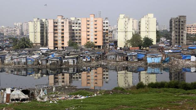In Mumbai wird der Boden immer teurer, die Slums müssen weichen.