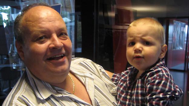 «Treffpunkt»-Gast Rolf Surber mit Enkel Levi.