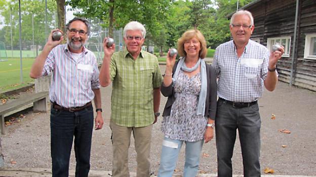 Die vier DRS 1-Hörer Magnus Z'Rotz, Daniel Mignot, Sonja Müller und Peter Knöpfel möchten unter professioneller Anleitung Petanque lernen.