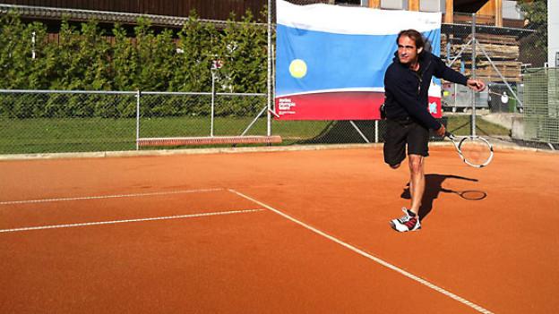 Thomy Scherrer lernt heute Tennis spielen.