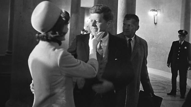 Jacqueline Kennedy begrüsst zum ersten Mal ihren Ehemann als Präsidenten.