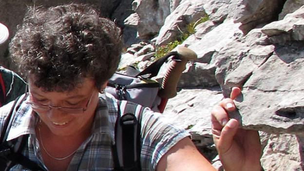 Barbara Studer auf der Suche nach seltenen Pflanzen.