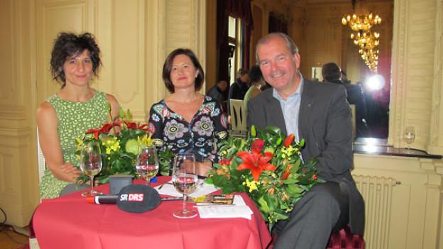 v.l.n.r. Nadja Sieger, Schauspielerin, Katharina Kilchenmann, Gastgeberin; Per Thöresson, Schwedischer Botschafter.