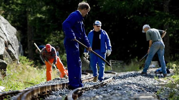 Freiwillige helfen bei der Instandsetzung der alten Bahnlinie zwischen Realp und Gletsch, 2009.