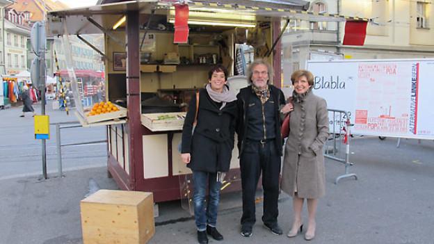 Am Marronistand am Bärenplatz in Bern: DRS 1-Moderatorin Simone Hulliger, Fritz Bleuer und Marie Louise Mäder.