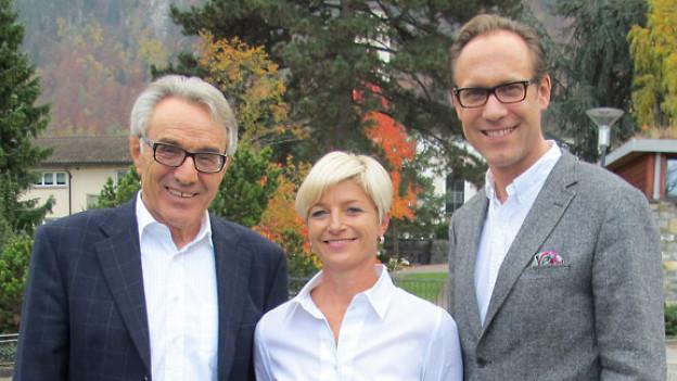 v.l.n.r. Hugo Ziswiler, pensionierter Allgemeinpraktiker; Monika Wicki-Hess, Cousine von Skistar Erika Hess; Christian Zeugin, Gastgeber.