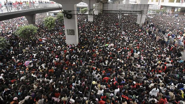 China: Tausende Passagiere warten vor der Guangzhou-Bahnhofstation, weil sie Schutz vor dem vorhergesagten Schneesturm suchen, 2008.