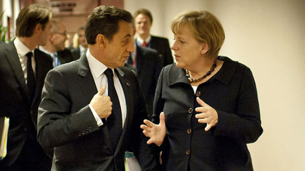Nicolas Sarkozy und Angela Merkel in einem Flur des Europäischen Ratsgebäudes in Brüssel, Oktober 2011.