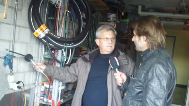 Hauswart Marcel Kunz mit DRS 1-Moderator Thomy Scherrer im Gespräch.