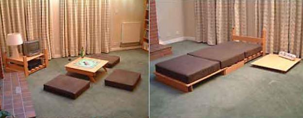 Ein Möbel mit zwei Funktionen: Couchtisch mit Bodenkissen und Bett.